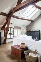 Wohnzimmer im Vintage-Style mit offener Decke