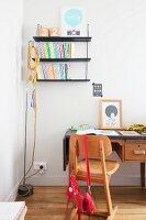 Retro-Schreibtisch und alter Schulstuhl im Kinderzimmer