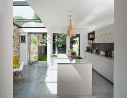 Free-standing counter and glass ceiling in open-plan kitchen