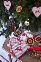 Alpine Christmas decorations: fabric love-hearts and home-made gingerbread decorations