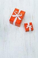 Zwei Geschenke auf weißem Fußboden