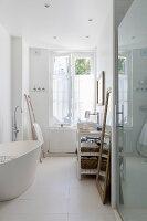 Bad mit weisser freistehender Badewanne
