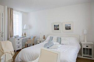 Schlafzimmer mit Schreibtisch in elegantem Landhausstil