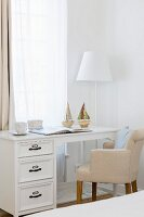 Eleganter Schreibtisch mit Polsterstuhl vor Fenster