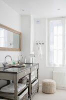 Badezimmer mit grauem Waschtischmöbel