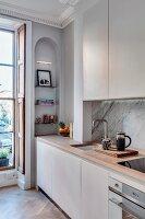 Einbauküche und Rundbogen-Wandnische in renovierter Stadtwohnung