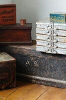 Alte Kisten, Schubkästen und Schachteln aus Metall und Holz