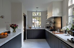 Modern country-house kitchen without wall units