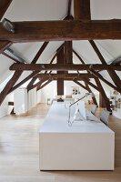 Rustikale Fachwerkkonstruktion und weiße Designer-Schreibtische in ausgebautem Dachgeschoss