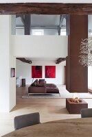 Offener Wohnbereich in modernisiertem Landhaus mit Galerie und offenem Kaminfeuer