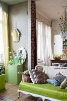 Wohnbereich mit antikem Vintage Flair und Vasen