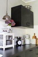 Moderne schwarze Küche mit Vintage-Accessoires