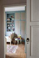 Blick ins Kinderzimmer mit blauem Wandschrank
