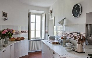 Ornamental tiled frieze in old-fashioned kitchen