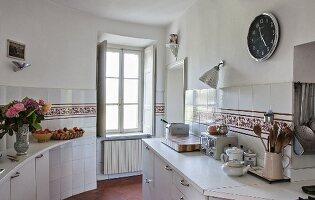 Altmodische Küche mit Fliesenornament
