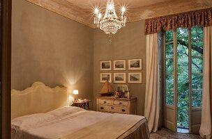 Elegantes Schlafzimmer mit klassischen Möbeln