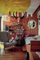 Rustikale Bretterwand mit Tierschädel im Kinderzimmer