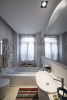 Wandspiegel entlang der gesamten Wand im kleinen Badezimmer