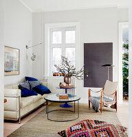 Wohnzimmer mit Designermöbeln und winterlicher Deko