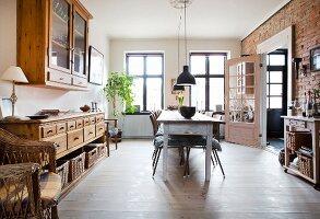 Esszimmer mit Holzmöbeln und rustikaler Backsteinwand