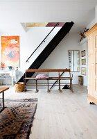 Alte Sitzbank statt Geländer vor einer Treppe