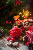 Lebkuchen mit Zuckerguss auf Holztisch mit Weihnachtsdeko