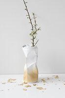 DIY-Vase gold-weiss, aus leicht eingedrückter Metalldose