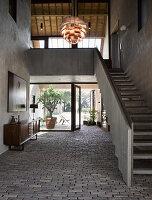 Treppenaufgang in der Eingangshalle mit Kopfsteinpflastern