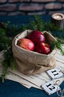 Rote Äpfel in einem Jutesack (weihnachtlich)