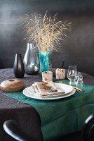 Gedeckter Tisch in Grau und Türkis mit Vasen aus den Siebzigern