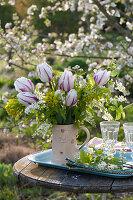 Strauß aus Tulipa 'Sparkling Flag' ( Tulpen ), Prunus padus ( Traubenkirsche )