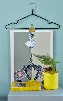 DIY-Bildhalterung aus Draht-Kleiderbügel