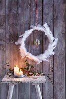 Weltenkranz: Weihnachtlicher Federnkranz mit Anhänger aus Weltkartenmotiv