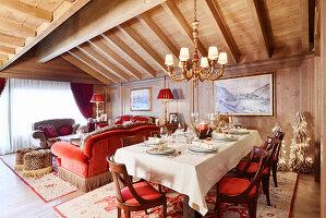 Gedeckter Tisch im pompösen Wohnzimmer mit Balkendecke