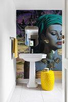 Poster im Großformat im Badezimmer, Wandspiegel, Standwaschbecken und gelber Beistelltisch