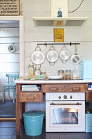 Landhausküche mit Backofen, Ceranfeld und Dunstabzugshaube