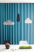 Designer-Hängelampen über weißem Tisch mit Nüssen