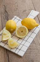 Zitronen auf einem Schneidebrett