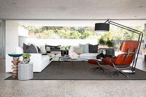 Modernes Wohnzimmer mit Designersessel und Panoramafenster