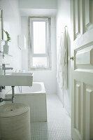Blick ins weiße Badezimmer mit Mosaifliesen