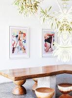 Maßgefertigter Tisch aus Teakholz und Hocker, moderne Kunst an der Wand