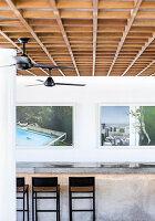 Frühstückstheke mit Barhockern, großformatige Fotokunst an der Wand