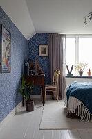 Schlafzimmer in Blau und Weiß mit Blümchentapete