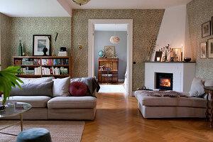 Gemütliches Wohnzimmer im klassischen Stil mit Kamin