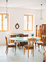 Moderne Esstisch mit Glasplatte und Biedermeier-Möbel in hellem Esszimmer