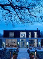 Modernes Architektenhaus mit Glasfronten und Flachdach