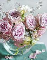 Blumenstrauss aus Rosen und Ranunkel