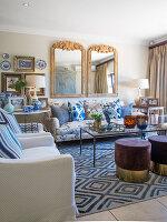 Elegantes Wohnzimmer mit blauen Accessoires