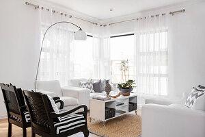 Regal als Couchtisch im Wohnzimmer mit weißen Sesseln