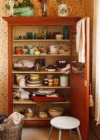 Geschirrschrank mit geöffneter Tür